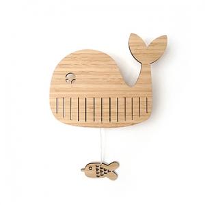 Het muziekdoosje Walter Whale is gemaakt van duurzaam & sterk 5MM dik Bamboe hout. Aan de achterkant zit een oogje zodat je het muziekdoosje makkelijk op kan hangen.