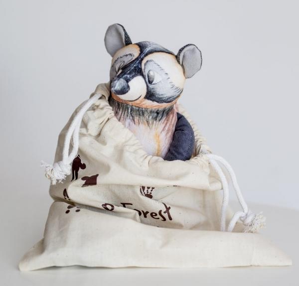 wasbeer knuffeltje van het merk maple forest super zacht en hand gemaakt van milieu vriendelijk materiaal