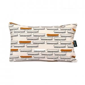 Stijlvol kussentje met een vrolijke print van duizendpootjes, leuk voor in de kinderkamer, maar ook mooi voor op de bank of je bed.