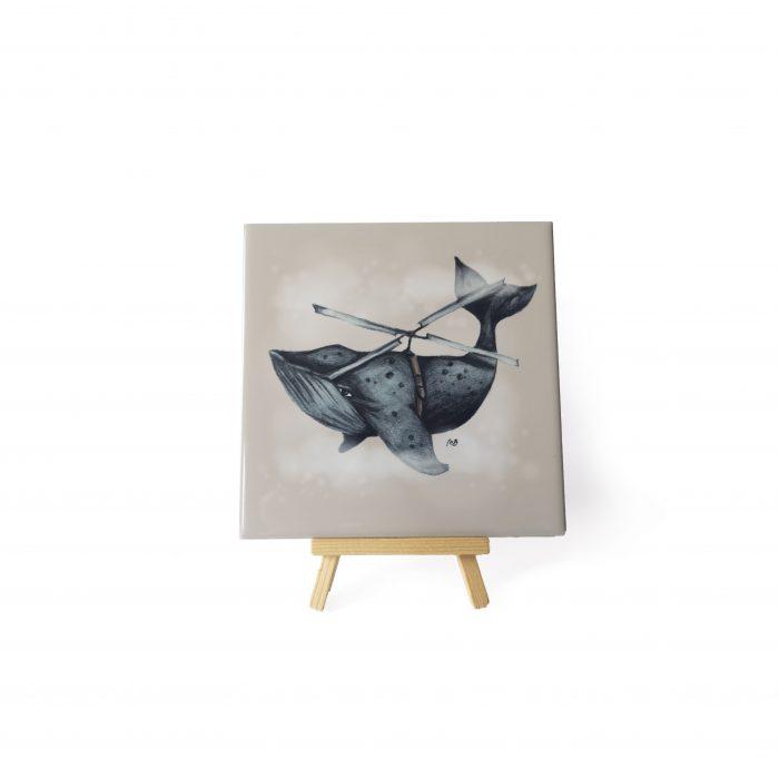 uniek tegeltje met de afbeelding van een walvis op een mini schildersezel.